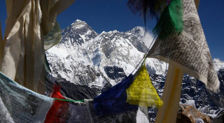 massif-view-of-mount-everest-from-gokyo-peak