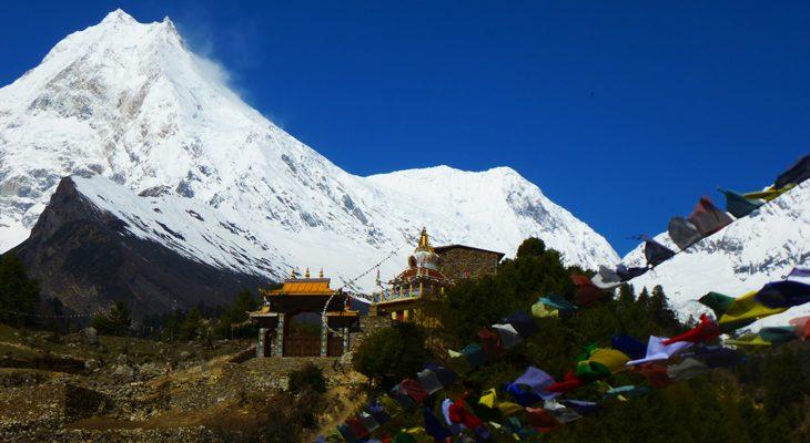 Mount manaslu and buddhist temple en tsum valley and manaslu trek